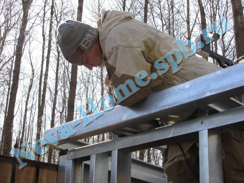 Монтаж каркаса крыши мастерской для дачи